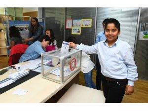 Çocuklardan demokrasi dersi
