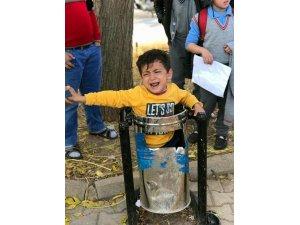 Çöp kutusuna çıkan çocuk kurtarıldı