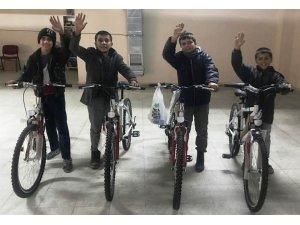 Mendil satan çocukların bisiklet sevinci
