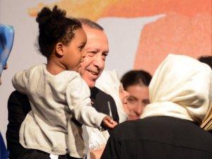 Cumhurbaşkanı Erdoğan, zirve sonrası çocukları sevdi
