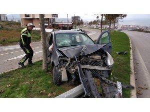 Otomobil refüjdeki demir aydınlatma direğine çarptı: 2 yaralı