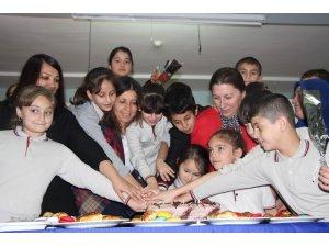 Sığınmacı öğrenciler, öğretmenlerine duygu dolu anlar yaşattı