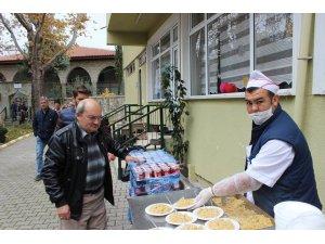 Vezirhan'da camilerde pilav dağıtıldı