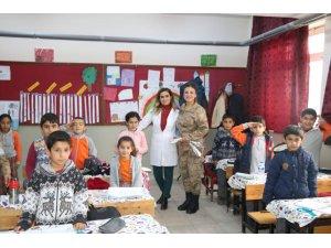 Jandarma'dan güllü Öğretmenler Günü kutlaması