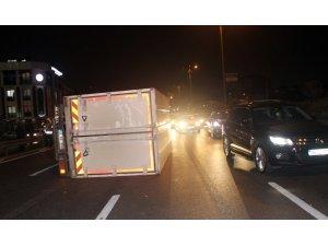 Trafikte sıkıştırılan otomobil kamyonla çarpıştı: 1 yaralı