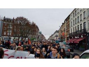 Fransa'da binlerce öğrenci eyleme devam ediyor