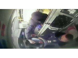 Başkasının indirimli kartını kullandı, fark eden şoförü yumrukladı