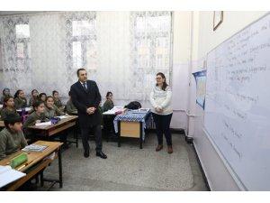 Valİ Türker Öksüz, okullarda öğrencilerle buluştu
