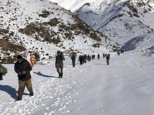 Karda yürüyen kaçakçılar av tüfekleri ile yakalandı