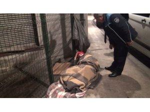 ( Özel) Belediye ekipleri donmak üzere olan vatandaşları kurtardı, Ünlü oyuncu Hale Soygazi de ekiplere yardım etti