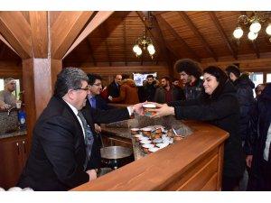 Binlerce öğrenciye ücretsiz çay ve çorba ikramı