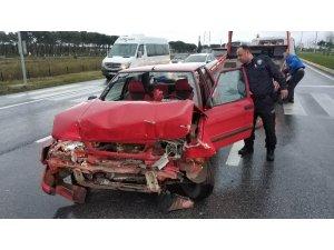 Otomobil kırmızı ışıkta bekleyen araca çarptı: 8 yaralı
