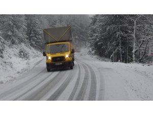 Kazdağları'nda buzlanma trafiği olumsuz etkiliyor