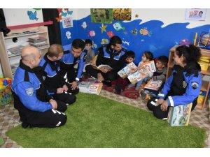 Kar kış dinlemeyen Hakkari polisinden eğitime destek