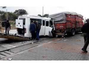 Minibüs kamyona arkadan çarptı: 1 yaralı