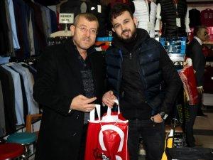 Yabancılar Çarşısı'nda poşet yerine 'karton çanta' ile alışveriş