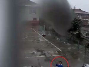 Minik öğrenci kar topu ile hedefi 12'den vurdu