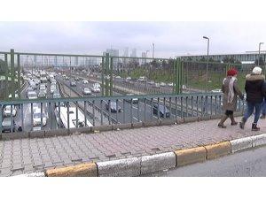 E-5 üzerindeki köprüde intihara kalkışan kadını vatandaşlar kurtardı