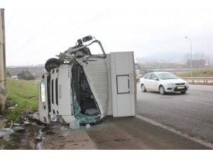 Tuzla'da kamyonet devrildi: 1 yaralı
