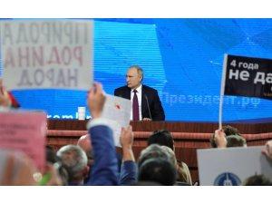 Gazeteciler Putin'in dikkatini çekebilmek için her şeyi denedi