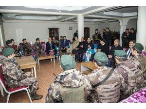 Vali Vekili Aslan, Başkale'de güvenlik güçlerini ziyaret etti