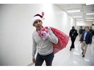 Noel Baba kılığına giren Obama çocuklara hediye dağıttı