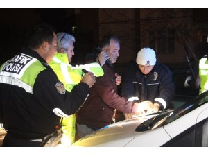 Alkollü ve ehliyetsiz sürücü polisten kaçamadı