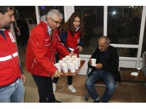 Kızılay otogardaki evsizlere çorba dağıttı