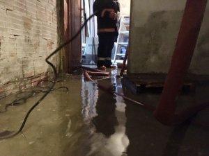 Sarıyer'de iş yeri olarak kullanılan depoyu su bastı