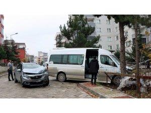 Öğrenci servisi ile otomobil çarpıştı: 3 yaralı