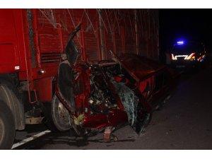 Otomobil yandan çarptığı kamyonun altından güçlükle çıkarıldı