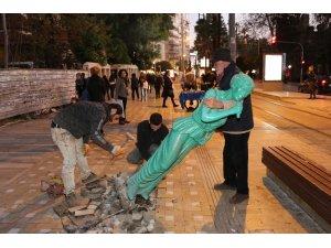 Zarar gören heykeller onarılıyor
