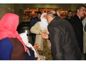 Başkan Yüksel şehit yakınlarını havaalanında karşıladı