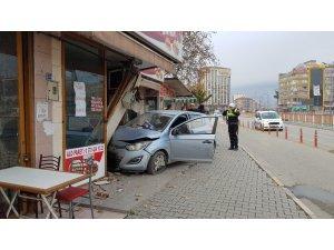 Direksiyonda fenalaşan sürücü dönerci dükkanına daldı