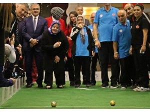 Bakan Zehra Zümrüt Selçuk yaşlılarla birlikte bocce oynadı