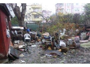 Zabıta kepçe ile çöp evi temizlemeye geldi, ev sahibi evinin yıkılacağını zannetti