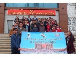 Malazgirtli 80 öğrenci Ankara'ya uğurlandı