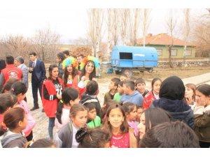 Gençlik Merkezi gönüllülerinden çocuklara oyun terapisi