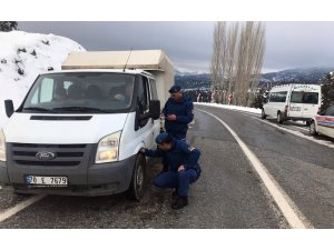 Alanya'nın kırsalında jandarmadan kış lastiği uygulaması