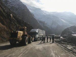 Hakkari-Van karayolunda mahsur kalan araçlar kurtardı