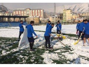 Futbolculardan kar temizliği