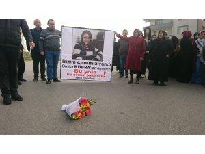 Tuzla'da otomobil çarpması sonucu hayatını kaybeden genç kızın ailesi ve yakınları eylem yaptı