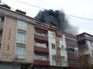 Sultangazi'de sobadan çıkan alevler çatıyı yaktı