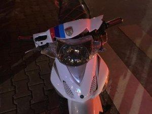 Kırmızı ışıkta duramayan elektrikli motosiklet kamyonete çaptı