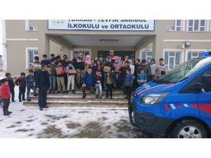 Jandarmadan öğrencilere destek