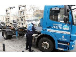 İstanbul trafiğine yolda kalan araçların yardımına zabıta koşuyor