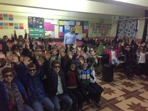 Öğrencilerin 3 boyutlu film heyecanı