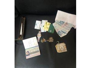 Fatih'te İran uyruklu hırsızlar turistin çantasını boşalttı