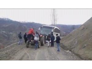 Çamura saplanan yolcu otobüsünü traktörle kurtardılar