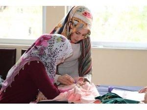 Siirtli kadınlar öğrendikleri el becerisiyle çeyizlerini hazırlıyor
